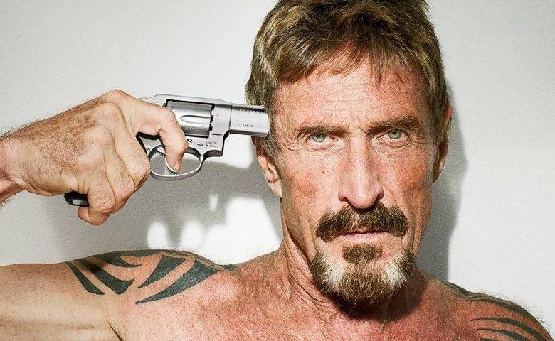 Foto do John McAfee com um revolver na cabeça