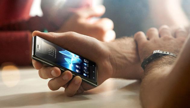 Imagem de um celular na mão de uma pessoa