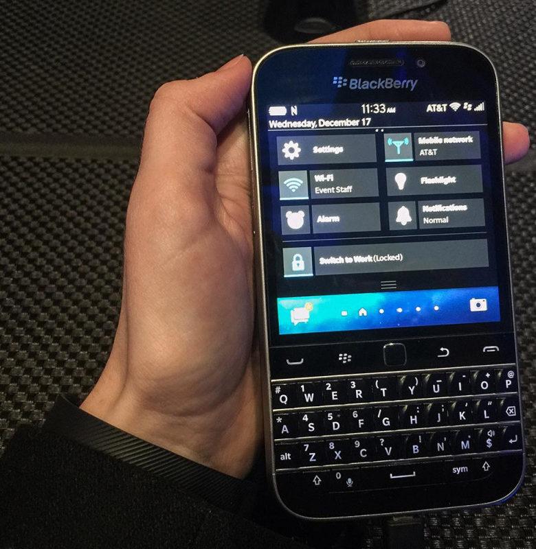 Imagem de um executivo da Sony usando BlackBerry