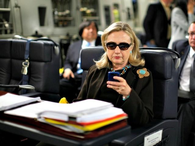 Imagem da Hillary Clinton usando seu BlackBerry