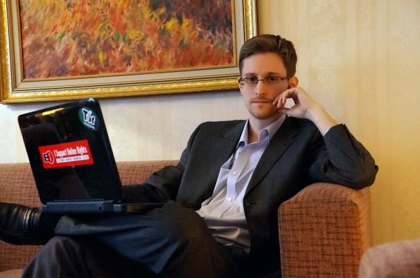 Foto do Snowden com seu notebook no colo