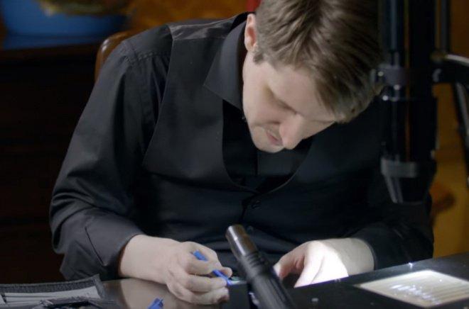 Foto do Snowden desmontando um smartphone