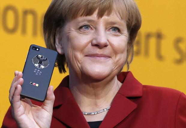 Foto da Angela Merkel com um BlackBerry Criptografado
