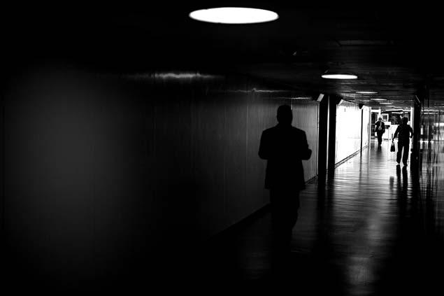 Corredor escuro com político