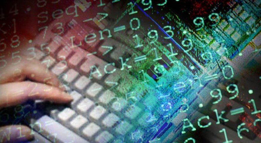 Imagem de teclado com códigos computacionais