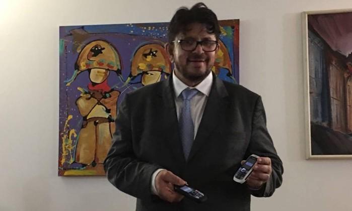 """Foto do deputado com celulares do """"capeta"""" na mão"""
