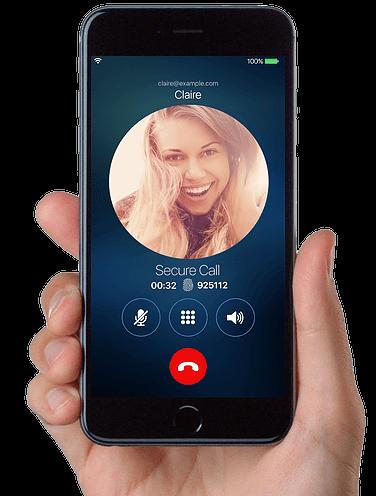 Imagem de uma pessoa com o Cellrypt na mão fazendo uma chamada