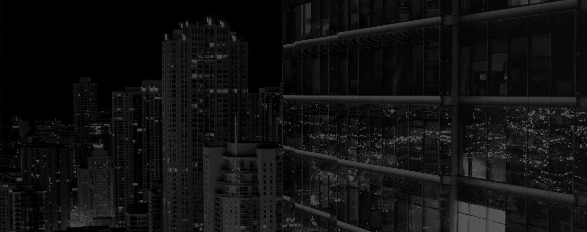 Imagem de um prédio espelhado a noite