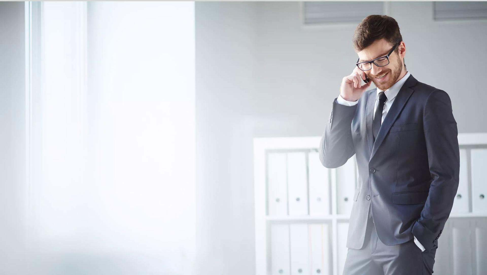 Imagem de um executivo falando no celular SikurPhone