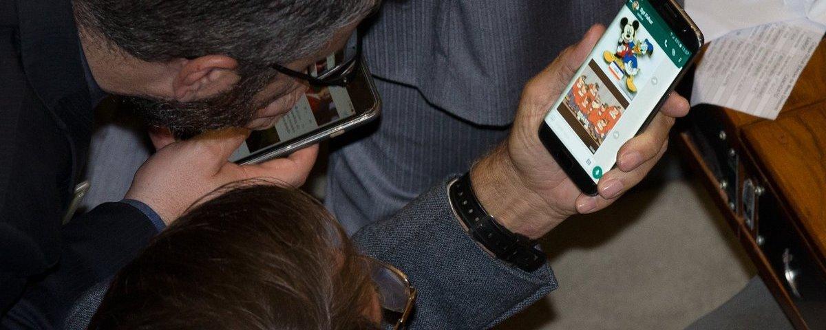 Bolsonaro ignora Abin e usa WhatsApp para comandar governo no Brasil